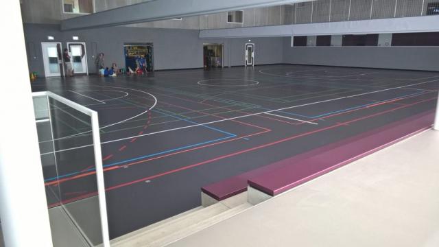 3-Feldrige Sporthalle mit Zuschauerreihen