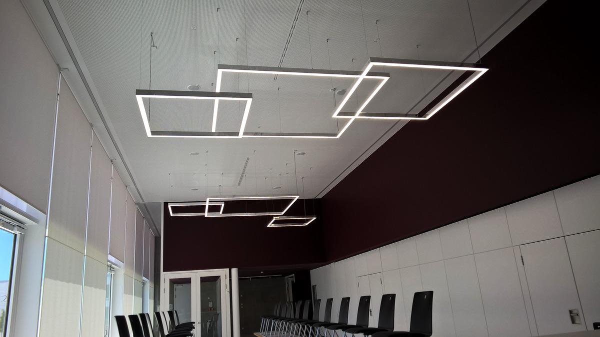 Moderne Beleuchtungskonzepte auch im großzügigen Foyer